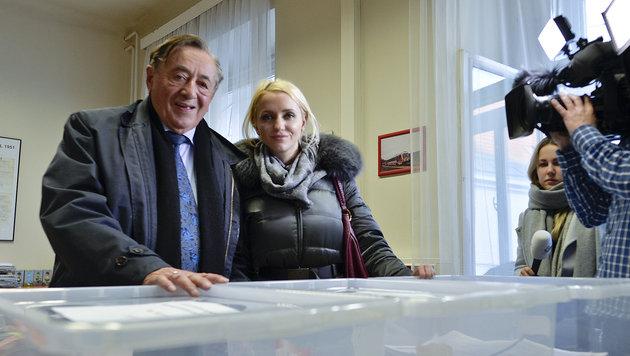 Richard Lugner und Ehefrau Cathy bei der Übergabe am Freitag im Innenministerium (Bild: APA/Herbert Neubauer)