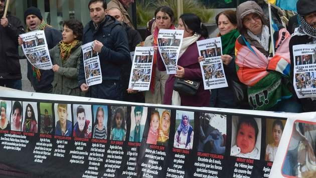 Kurden demonstrieren in Brüssel gegen den EU-Türkei-Deal. (Bild: APA/AFP/JOHN THYS)