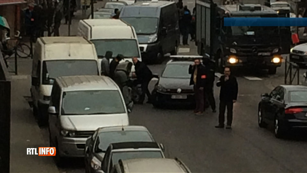 Der belgische Sender RTL zeigte TV-Bilder, welche die Verhaftung von Salah Abdeslam zeigen sollen. (Bild: APA/AFP/RTL BELGIQUE)