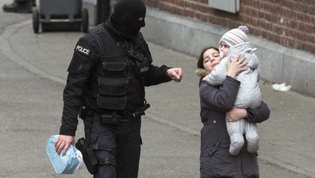 Anrainer in Molenbeek wurden von den Einsatzkr�ften evakuiert. (Bild: AP)