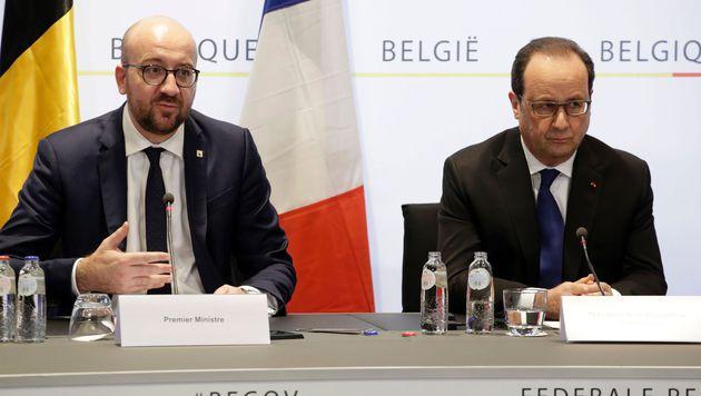 Charles Michel (li.) und Francois Hollande bei der Pressekonferenz nach der Festnahme. (Bild: APA/AFP/BELGA/THIERRY ROGE)