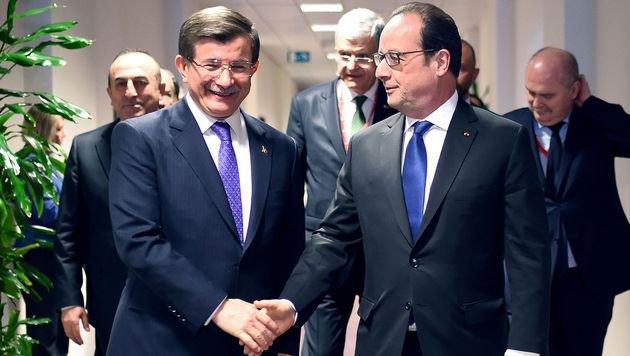 Der türkische Premier Davutoglu mit Frankreichs Präsident Francois Hollande am EU-Gipfel in Brüssel (Bild: AFP)