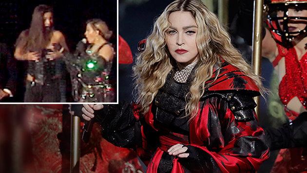 Madonna entblößt Brust von Frau aus Publikum (Bild: AP, Splash)