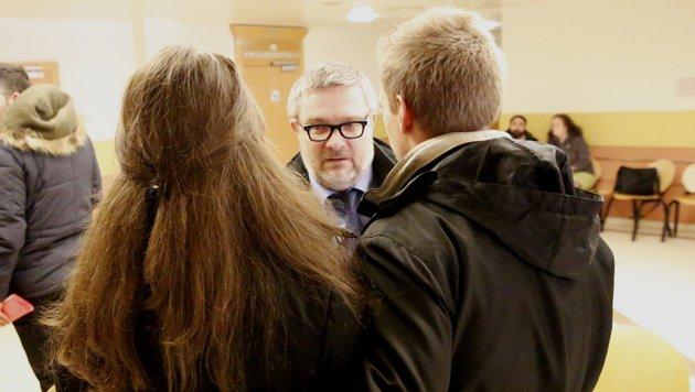 Leonies Eltern, vertreten von Roland Friis, vor der Verhandlung (Bild: Martin A. Jöchl)