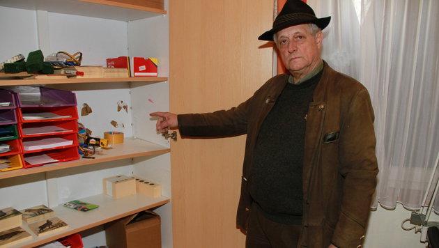 Obmann Paul Stelzl zeigt, wo der kleine Safe herausgerissen wurde. (Bild: Josef Fürbass)