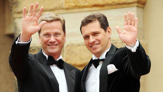 Westerwelle und sein Ehemann Michael Mronz 2011 bei den Wagner-Festspielen in Bayreuth (Bild: APA/AFP/CHRISTOF STACHE)