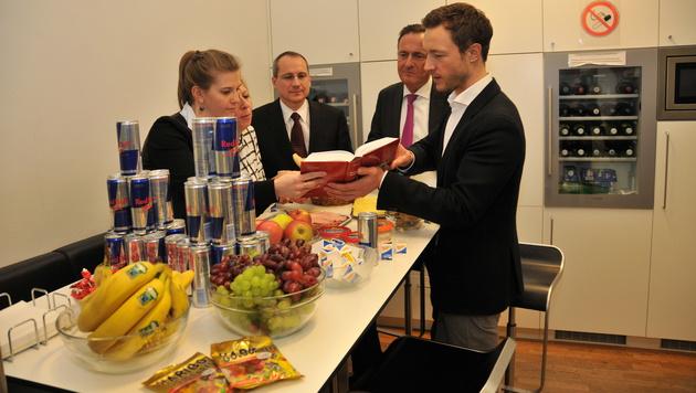Mit Vitaminen,Süßem und Energy Drinks blieb das ÖVP-Team wach. (Bild: Peter Tomschi)