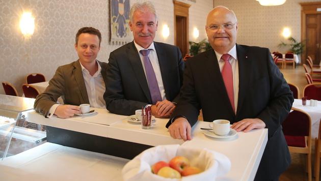 Petr Baxant, Friedrich Strobl, Landtagspräsident Harry Kopietz (alle SPÖ): Kaffee als Muntermacher. (Bild: Peter Tomschi)