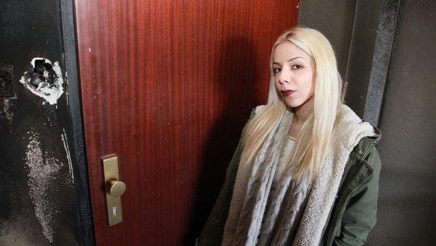 Jasmin V. vor ihrer Wohnung: Die Eingangstür wurde in Brand gesteckt. (Bild: Christoph Gantner)
