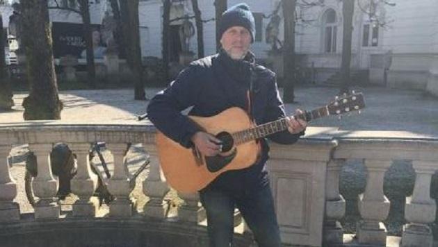 Neben diesem Gitarristen gastiert im Mirabellgarten auch ein talentfreier Ziehharmonika-Spieler. (Bild: Anna Dobler)