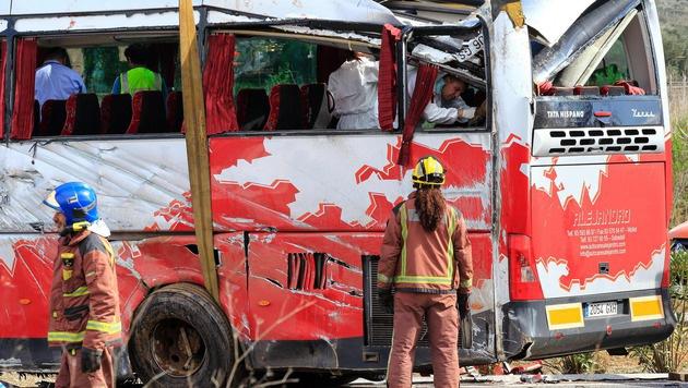 13 Studentinnen bei Busunglück in Spanien getötet (Bild: APA/AFP/PAU BARRENA)