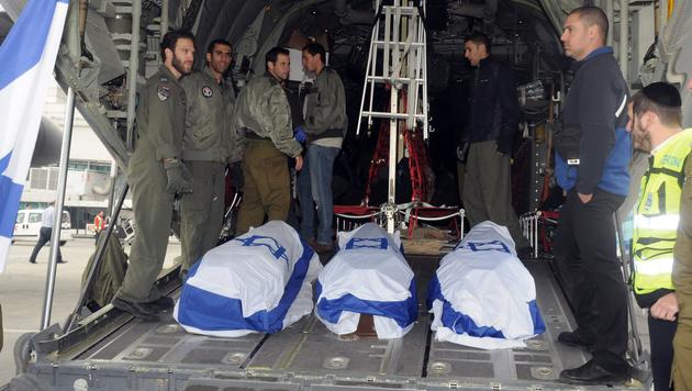 Die drei getöteten Israelis wurden am Sonntag nach Tel Aviv ausgeflogen. (Bild: AP)