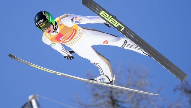 Super-Adler Peter Prevc steht ohne Skier da! (Bild: AFP)