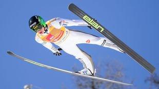 Super-Adler Peter Prevc steht ohne Skier da! (Bild: APA/AFP/JURE MAKOVEC)