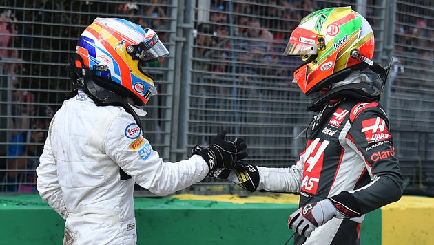 Glückliches Ende: Alonso (li.) und Gutierrez klatschen ab. (Bild: AP)