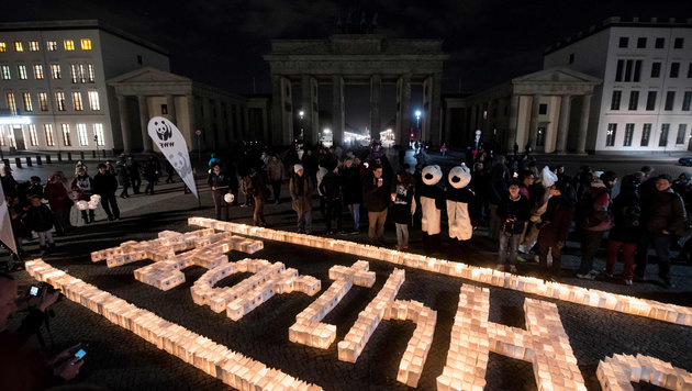"""Earth Hour"" am Brandenburger Tor in Berlin (Bild: APA/dpa/Gregor Fischer)"