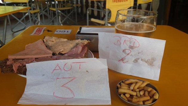 Ein g'scheites österreichisches Wurschtbrot gibt's auch in Argentinien. (Bild: Max Rogers)