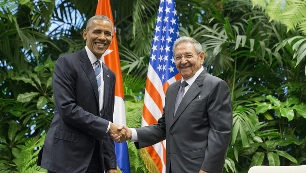 Öffentlichkeitswirksamer Handshake zwischen Barack Obama und Raul Castro in der Hauptstadt Havanna (Bild: ASSOCIATED PRESS)