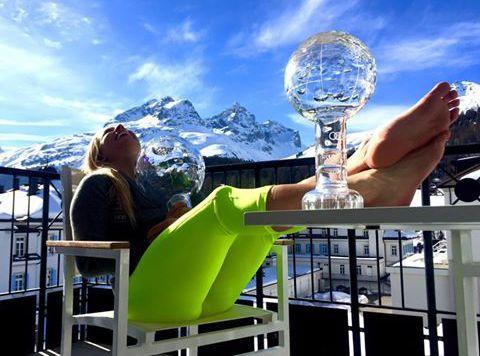 Doppel-Kristall und viel Sonne: Lara Gut genießt den Ausklang der erfolgreichen Ski-Saison. (Bild: Facebook.com)