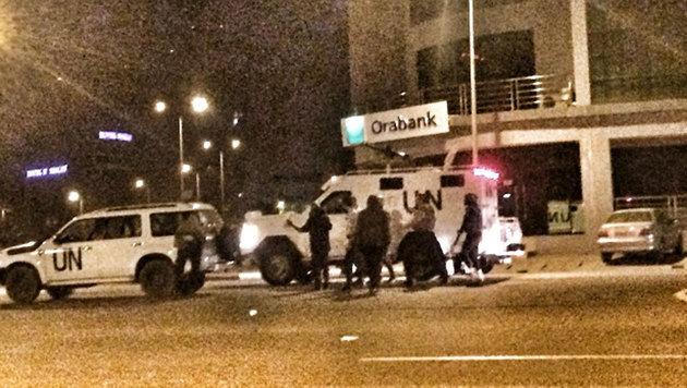 UN-Soldaten sicherten nach dem Angriff den Eingangsbereich des Hotels. (Bild: twitter.com/Arnaud Brunet)