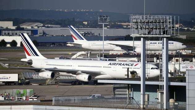 Geparkte Maschinen der Air France auf dem Flughafen Orly (Bild: APA/AFP/Eric Feferberg)