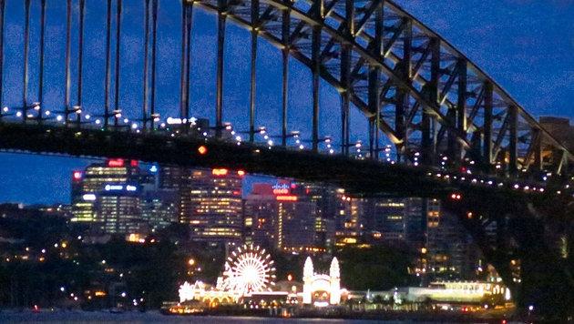 Sydney bei Nacht mit Brücke und Luna-Park (Bild: Eva Lehner)