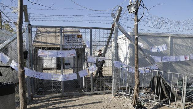 Das Tor der Hoffnung Richtung Mazedonien ist mit Kinderzeichnungen verziert worden. (Bild: KRONEN ZEITUNG)