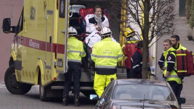 Rettungskräfte am Brüsseler Flughafen (Bild: AP)