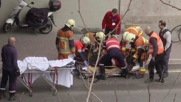 Brüssel: Ein Verletzter wird nahe der Metro abtransportiert. (Bild: AP)