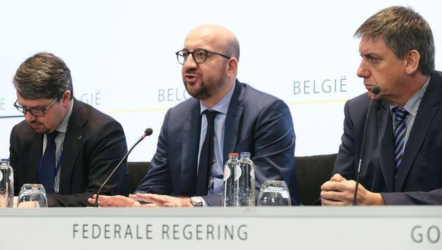 Generalstaatsanwalt Frederic Van Leeuw, Premier Charles Michel, Innenminister Jan Jambon (v.l.n.r.) (Bild: APA/AFP/BELGA/NICOLAS MAETERLINCK)