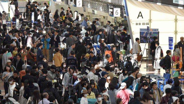 An den Schaltern bildeten sich lange Schlangen. (Bild: APA/AFP/Toru Yamanaka)
