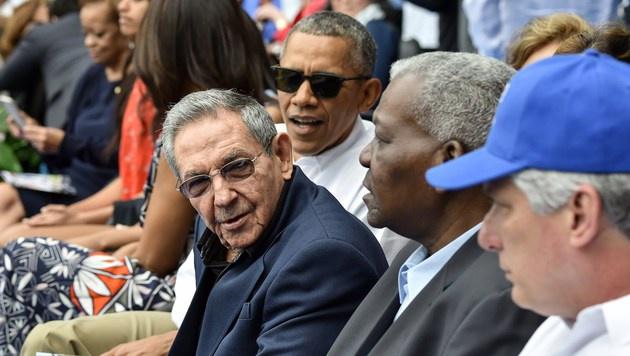 Obama und Castro gemeinsam bei Baseballspiel (Bild: APA/AFP/NICHOLAS KAMM)