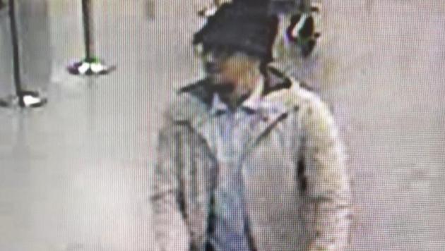 Dieser Mann gilt als Terrorverdächtiger und wird von der Polizei gesucht. (Bild: APA/AFP/BELGIAN FEDERAL POLICE/HO)