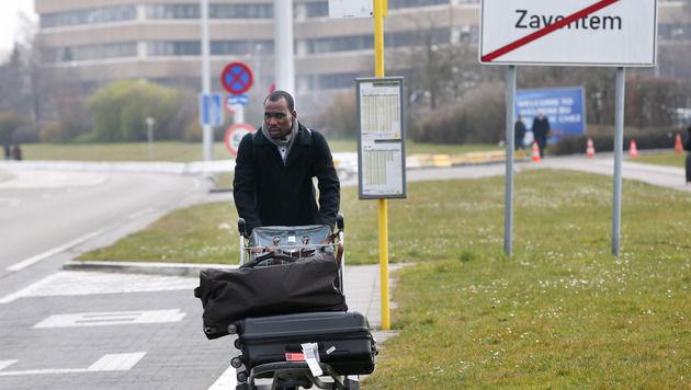 """Flugbegleiterin wird zum """"Gesicht des Terrors"""" (Bild: APA/AFP/Belga/VIRGINIE LEFOU)"""