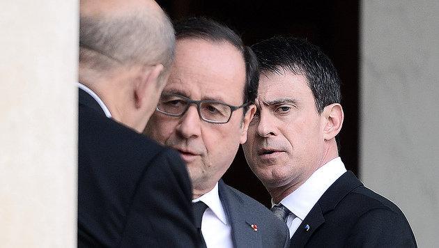 Hollande berät sich mit Premier Valls (re.) und Verteidigungsminister Le Drian. (Bild: APA/AFP/STEPHANE DE SAKUTIN)