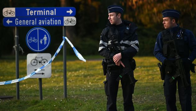 Schwer bewaffnete Polizisten vor dem Flughafen Zaventem in Brüssel (Bild: APA/AFP/PATRIK STOLLARZ)