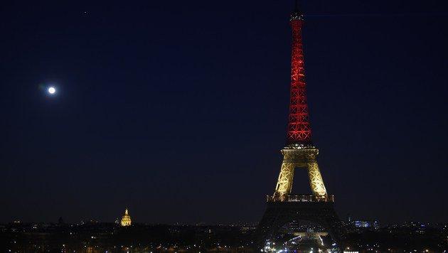 Solidarität in Frankreich: Der Eiffelturm in den Landesfarben Belgiens (Bild: APA/AFP/LIONEL BONAVENTURE)