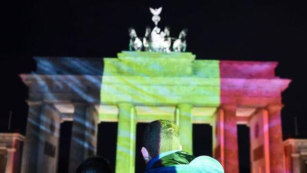 Das Brandenburger Tor in Berlin in den belgischen Farben (Bild: APA/AFP/ODD ANDERSEN)