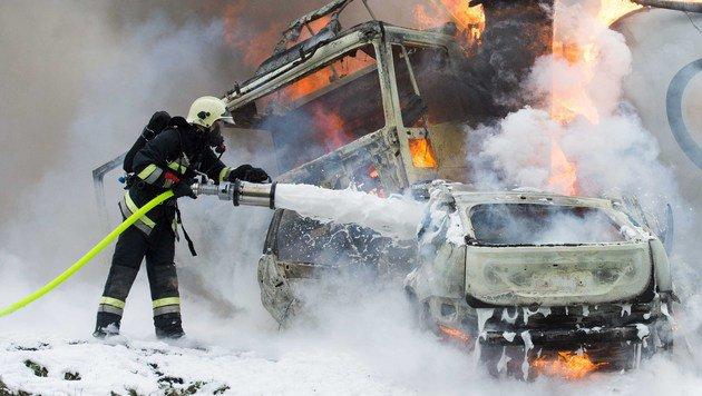 Helfer der Feuerwehr löschten die beiden Unfallwracks. Für den Autofahrer gab es keine Rettung mehr. (Bild: fotokerschi. at)