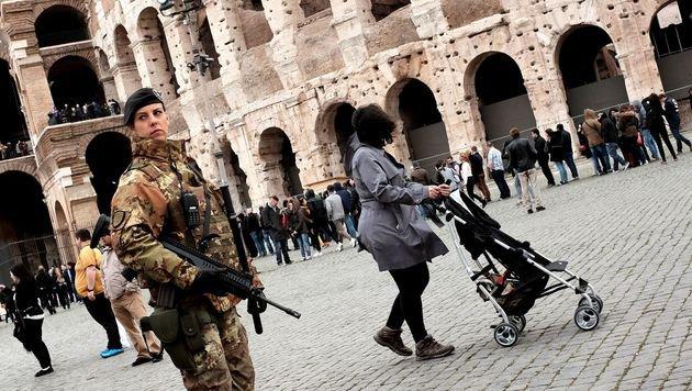 Rom will mehr Soldaten auf die Straßen schicken (Bild: APA/AFP/Alberto Pizzoli)