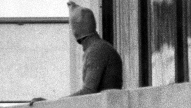Olympia 1972: Ein arabischer Terrorist auf dem Balkon des israelischen Mannschaftsquartiers (Bild: dpa/dpa)