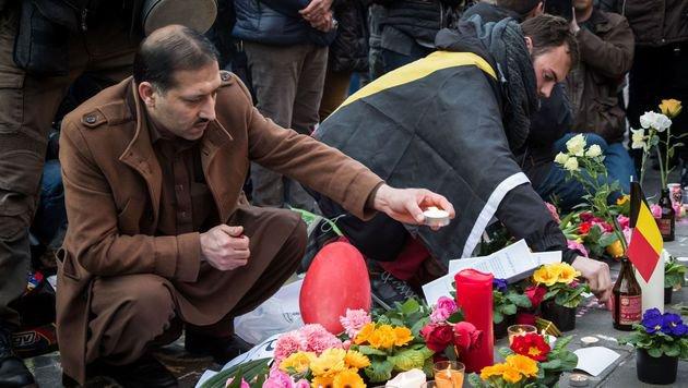 Zahlreiche Menschen gedachten mit Kerzen und Blumen der Opfer des Brüsseler Terrors. (Bild: APA/AFP/Belga/AURORE BELOT)
