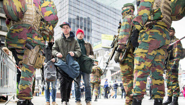 Ausnahmezustand: Soldaten führen Kontrollen vor den U-Bahn-Stationen in Brüssel durch. (Bild: APA/AFP/BELGA/HATIM KAGHAT)