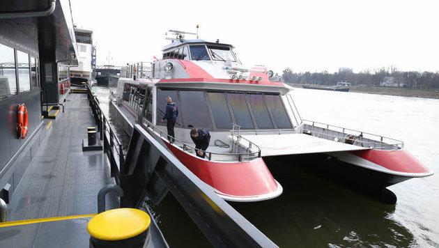 Crew-Mitglieder sichern den Twin City Liner in Bratislava. (Bild: zwefo)