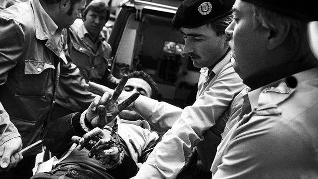 Anschlag auf Wiener Synagoge: Ein verletzter Terrorist wird von Polizisten und Sanitätern umringt. (Bild: APA/Kristian Bissuti)