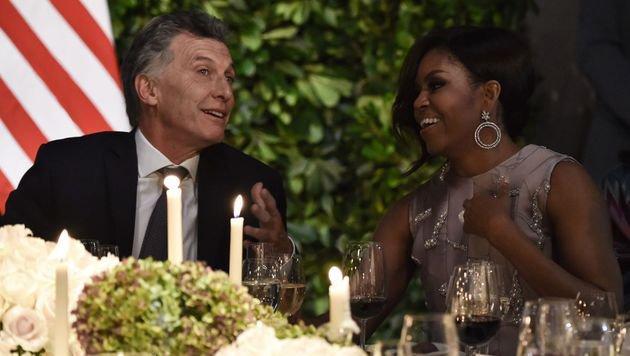 Michelle Obama im Gespräch mit Argentiniens Staatspräsident Mauricio Macri (Bild: APA/AFP/NICHOLAS KAMM)