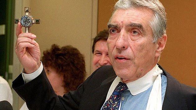 Im Dezember 1993 verstümmelt eine Briefbombe die linke Hand des Wiener Bürgermeisters Helmut Zilk. (Bild: APA/Robert Jäger)