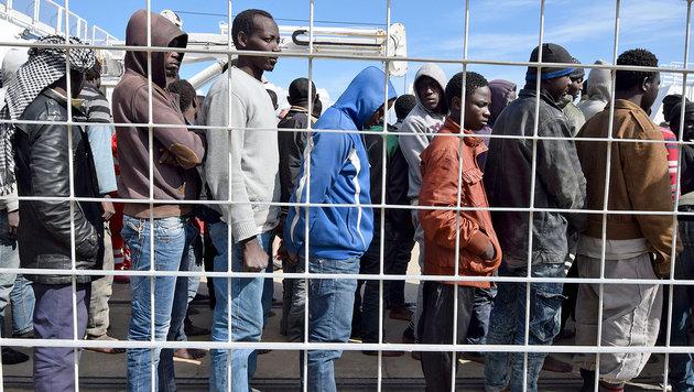 800.000 neue Fl�chtlinge dr�ngen nach Europa (Bild: APA/AFP/ GIOVANNI ISOLINO)