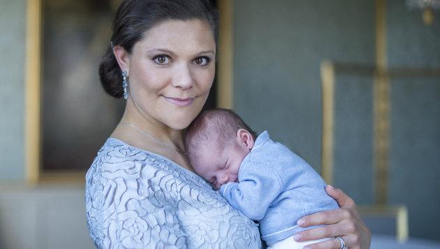 Liebevoll hält Kronprinzessin Victoria ihren Prinzen Oscar im Arm. (Bild: Kate Gabor/Kungahuset.se)