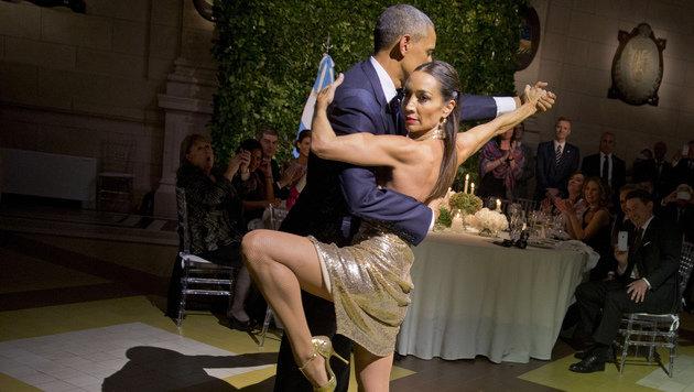 Unter der Führung einer Startänzerin musste Barack Obama einen Tango tanzen. (Bild: ASSOCIATED PRESS)